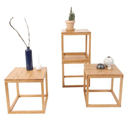 natbord med planter og vaser