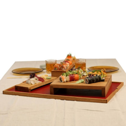 opdækket bord med stor bakke